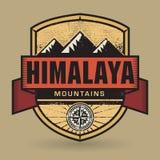 Emblema dell'annata o del bollo con le montagne dell'Himalaya del testo royalty illustrazione gratis