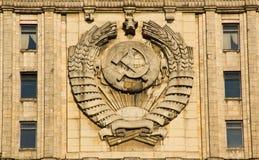 Emblema dell'Unione Sovietica sulla facciata della costruzione Fotografia Stock