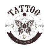 Emblema della scuola del tatuaggio Classico e tatuaggio d'annata Farfalla, simboli astrologici, luna orbitante e la geometria sac royalty illustrazione gratis