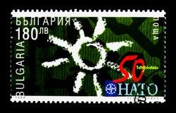 """Emblema di NATO, numero \ """"50 \"""", Sun, 50 anni di serie di NATO, circa 1999 Immagine Stock"""
