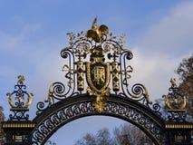 Emblema di nazione della Repubblica Francese su un doo decorato del metallo Immagini Stock Libere da Diritti