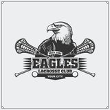 Emblema do clube da lacrosse com cabeça da águia Imagem de Stock
