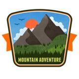 Emblema do crachá da aventura da montanha ilustração royalty free