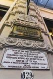 Emblema do metal fora do café Tortoni O restaurante foi inaugurado em 1858 imagens de stock