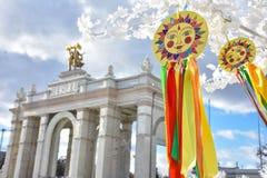 Emblema do sol com as fitas coloridas nos ramos, imagem do sol fotografia de stock royalty free