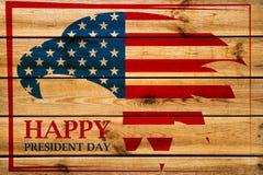 Emblema dos presidentes Dia com a águia americana no quadro vermelho Fundo de madeira fotografia de stock royalty free