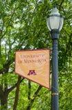 Emblema e cores do terreno no terreno da universidade de Minn foto de stock royalty free