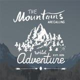 Emblema handdrawn del bosquejo de las montañas actividad que acampa y que camina al aire libre, deportes extremos, símbolo al air Foto de archivo libre de regalías