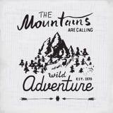 Emblema handdrawn del bosquejo de las montañas actividad que acampa y que camina al aire libre, deportes extremos, símbolo al air Fotografía de archivo libre de regalías