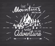 Emblema handdrawn del bosquejo de las montañas actividad que acampa y que camina al aire libre, deportes extremos, símbolo al air Imagen de archivo libre de regalías