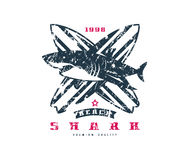 Emblema praticante il surfing dello squalo Progettazione grafica per la maglietta Fotografia Stock