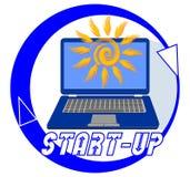 Emblema Start-up per il nuovo progetto della gioventù con un computer portatile blu e un sole alla moda su esposizione Etichetta  Fotografie Stock Libere da Diritti