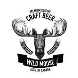 Emblema tirado mão da cerveja com alces selvagens Imagem de Stock Royalty Free