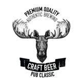 Emblema tirado mão da cerveja com alces selvagens Foto de Stock