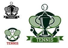 Emblemas do competiam de tênis com raquetes cruzadas Fotografia de Stock Royalty Free