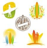 Emblemas y escrituras de la etiqueta que practican surf