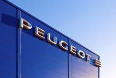 Emblemat Peugeot na budynku oficjalny handlowiec. zdjęcie royalty free