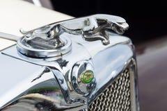 Emblemet av den Jaguar SS-100 roadster Arkivbilder