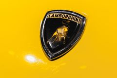 Emblemet av Lamborghini monteras på bilhuven arkivbild