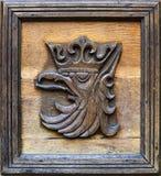 Emblemet av staden av Szczecin i Polen trätree för yxasnickareskulptur arkivfoton