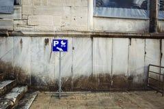 Emblemparkering för rullstolar med barn royaltyfri fotografi