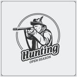 Emblème de club de chasse Chasseur avec une arme à feu Photo libre de droits