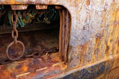 Embornal oxidado e rede de pesca azul imagens de stock