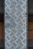 Embossed metalu talerz na brukowej cegiełce obraz stock