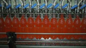 Embotellamiento de la limonada en botellas plásticas Industria del transportador de botellas de la limonada almacen de metraje de vídeo