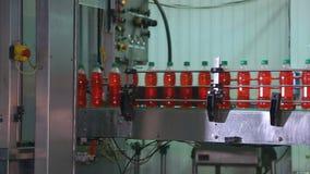 Embotellamiento del jugo en botellas plásticas almacen de metraje de vídeo