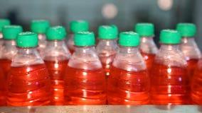 Embotellamiento del jugo en botellas plásticas almacen de video