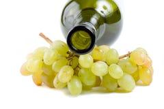 Embotellamiento y uvas verdes Fotos de archivo