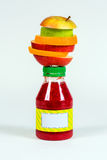 Embotelle el smoothie rojo con la fruta fresca de los pedazos en el fondo blanco Fotografía de archivo libre de regalías