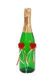 Embotelle el vino efervescente con dos corazones del rojo de la felpa Fotos de archivo