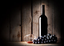 Embotelle el vino, el vidrio y las uvas de mesa invertidas Imagen de archivo libre de regalías
