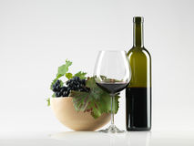 Embotelle el vino rojo, vidrio, fondo del blanco de las uvas fotografía de archivo