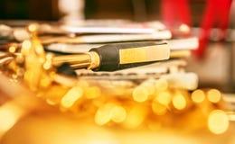 Embouchure de saxo sur l'or photographie stock libre de droits