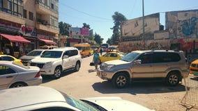 Embouteillage avec des fourgons de taxi de Suvs dans Ramallah Image stock