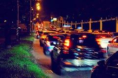 Embouteillage de nuit sur une rue de ville Image stock