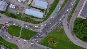 Embouteillage des voitures sur la vue d'échange incurvée par ville du bourdon Longueur aérienne d'été de jonction de transport, l banque de vidéos