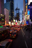 Embouteillage du trafic descendant la 7ème avenue vers le Times Square, Manhattan Photos stock