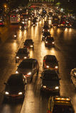 Embouteillage à la route principale à Bangkok la nuit Images stock