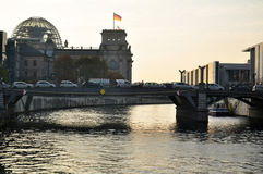 Embouteillage sur la rivière de fête de croisement de pont avec le bâtiment de Reichstag Images stock