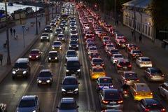 Embouteillage sur le bord de mer de ville pendant l'heure de pointe image stock