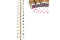 Emboutissez l'alphabet avec le mot AMOUR et des blocs d'estampillage Photos stock