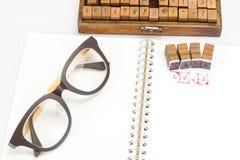 Emboutissez l'alphabet avec le mot AMOUR et des blocs d'estampillage Photo libre de droits