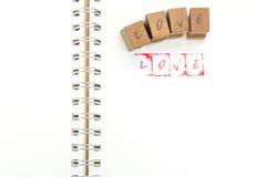 Emboutissez l'alphabet avec le mot AMOUR et des blocs d'estampillage Image libre de droits
