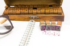 Emboutissez l'alphabet avec le mot AMOUR et des blocs d'estampillage Image stock