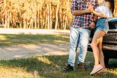 embrace Amor e afeição entre um par novo no parque, perto do carro velho um indivíduo em um plano da manta e nas calças de brim,  fotos de stock