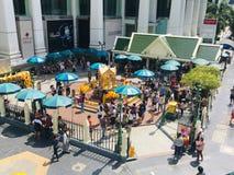 Embracer Bouddha thaïlandais de tombeau d'Erawan respect religieux de beaucoup de personnes image libre de droits